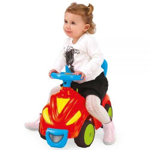 devojcica vozi guralicu smesko