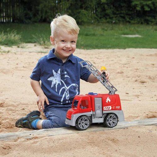 Decak se igra sa Lena vatrogasnim kamionom