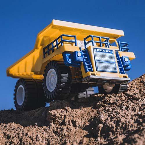 Igracka kamion Polesie stoji na zemlji