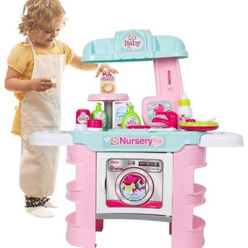 Devojcica se igra sa postoljem za kupanje lutke