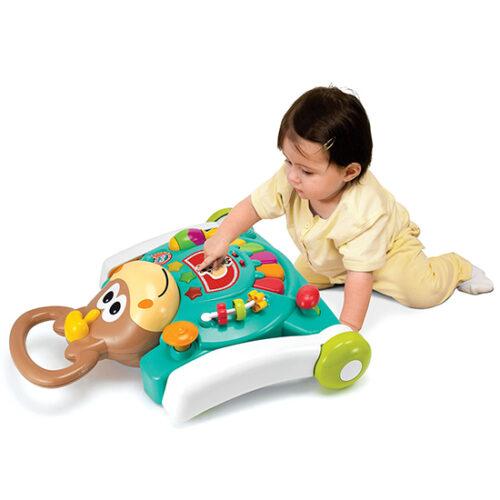 dete se igra sa guralicom polozenom na zemlju