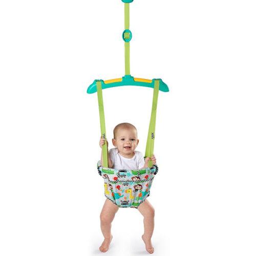 vesela beba u jamperu zelene boje