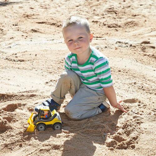 Decak se igra sa malim lena bagerom