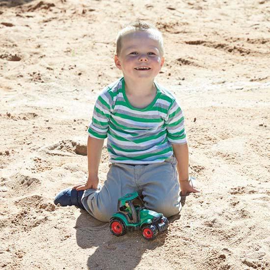 Decak se igra sa Lena traktorom