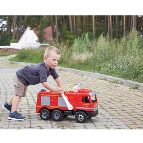 Crveni veliki Lena kamion i decak koji prska vodu