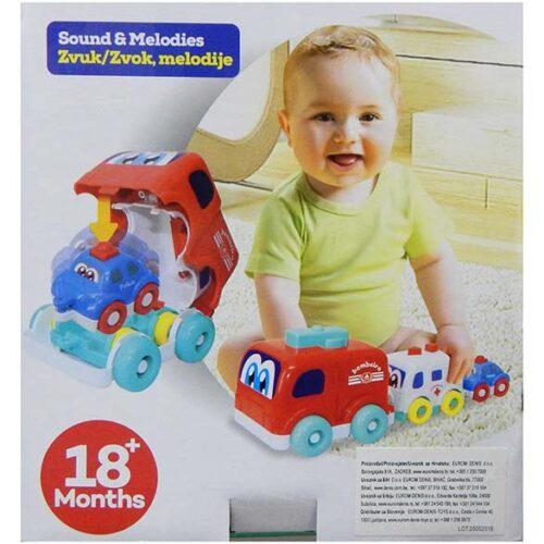 Decak se igra sa setom autica Denis