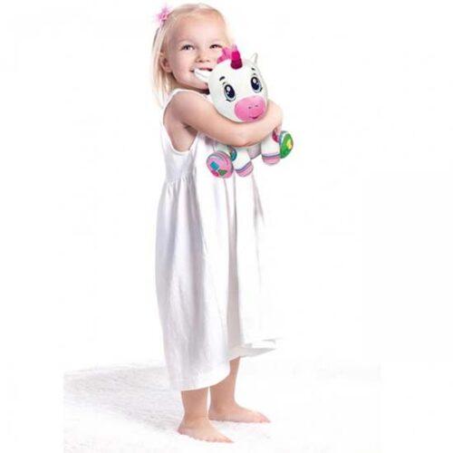 Devojcica drzi Clementoni jednoroga
