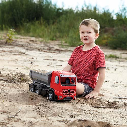 Decak se igra sa Lena kamionom