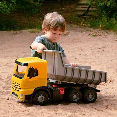 Decak se igra sa Lena kamionom keperom