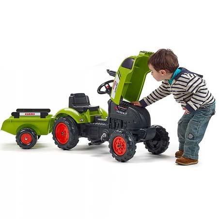 Decak i traktorsa otvorenom haubom