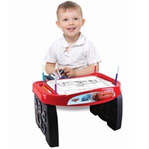 decak se igra sa edukativnim stolom Cars