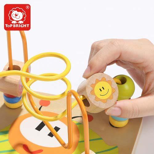 dete se igra sa didaktickom aktivity kockom