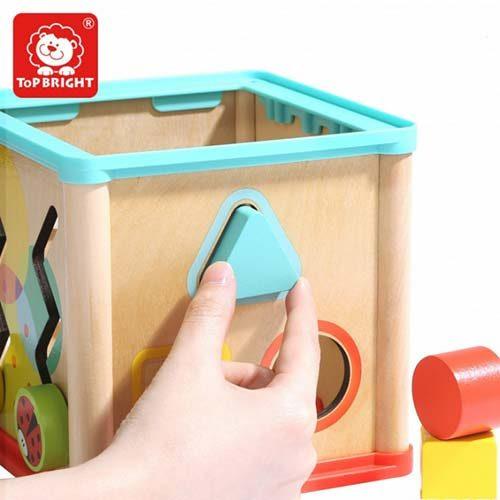 dete ubacuje oblike u drvenu kocku top brightt