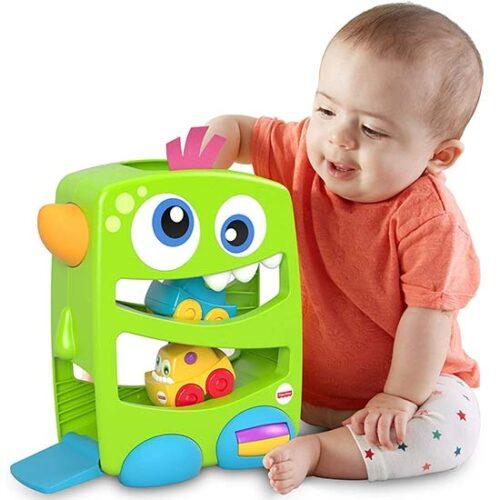 decak se igra sa stazom i auticima Fiser prajs
