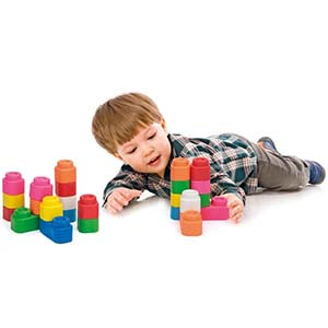 decak se igra sa gumenim clemmy kockama