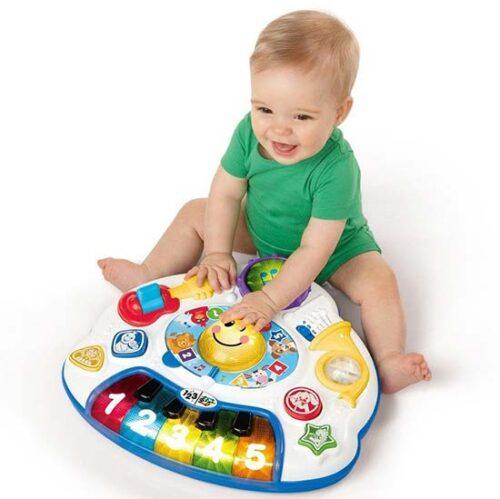 decak se igra sa edukativnim stolom discovery