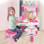 devojcica kupa bebu lutku
