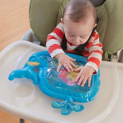 beba u stolici za hranjenje i vodeni kit