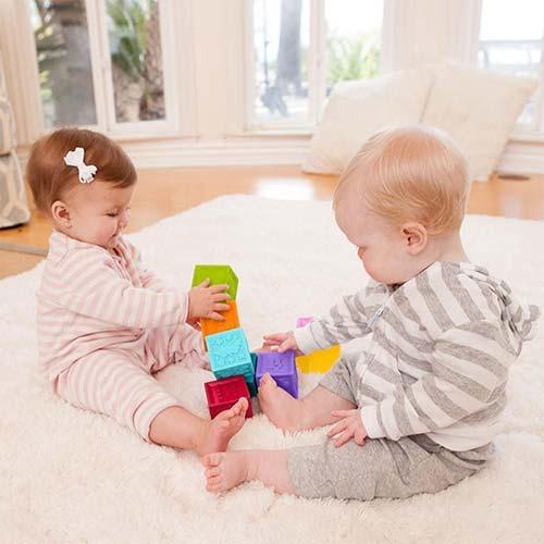 deca se igraju sa gumenim kockama infantino