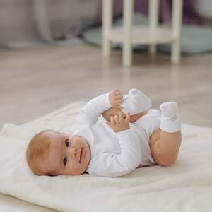 beba lezi i igra se sa nogom