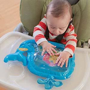 beba se igra sa senzornom igrackom