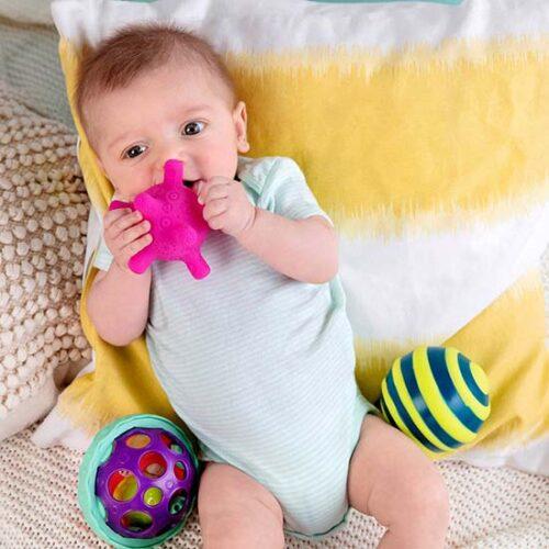 beba se igra sa loptama infantino