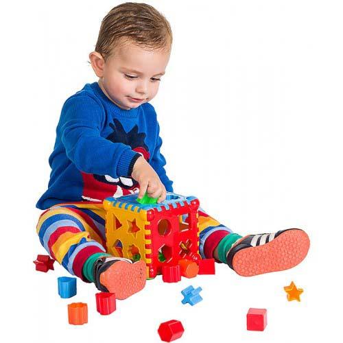 dete se igra sa didaktickom kockom ehnos