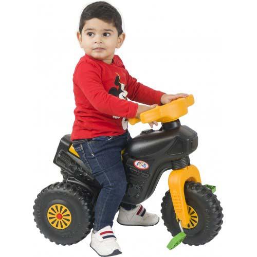 decak vozi plasticni tricikl