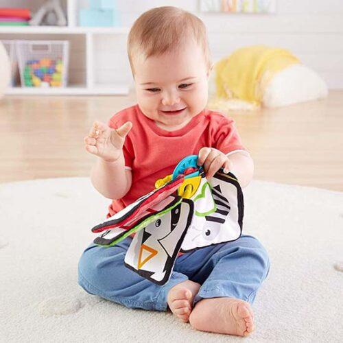 beba se igra sa knjigom fisher price